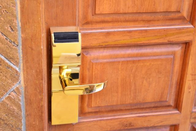 新築住宅の玄関ドアについている鍵のイメージ画像