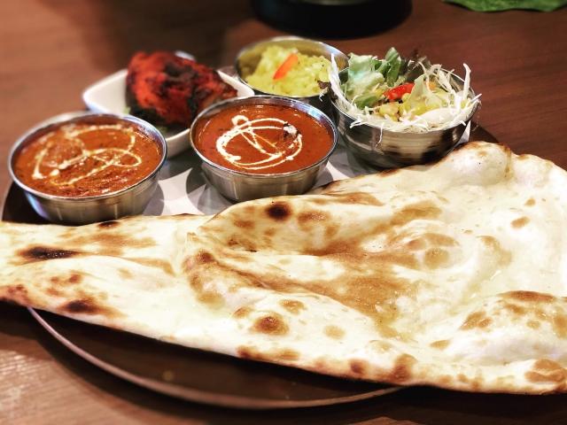 インド料理を代表するナンと2種類のカレー
