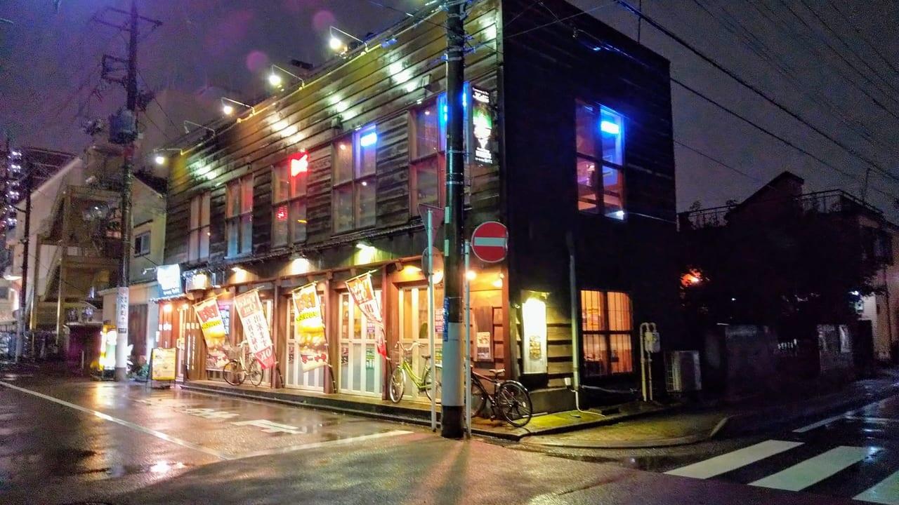 ステーキハウスキングス×レストランバーZIOUは、夜はオシャレな雰囲気を見せる