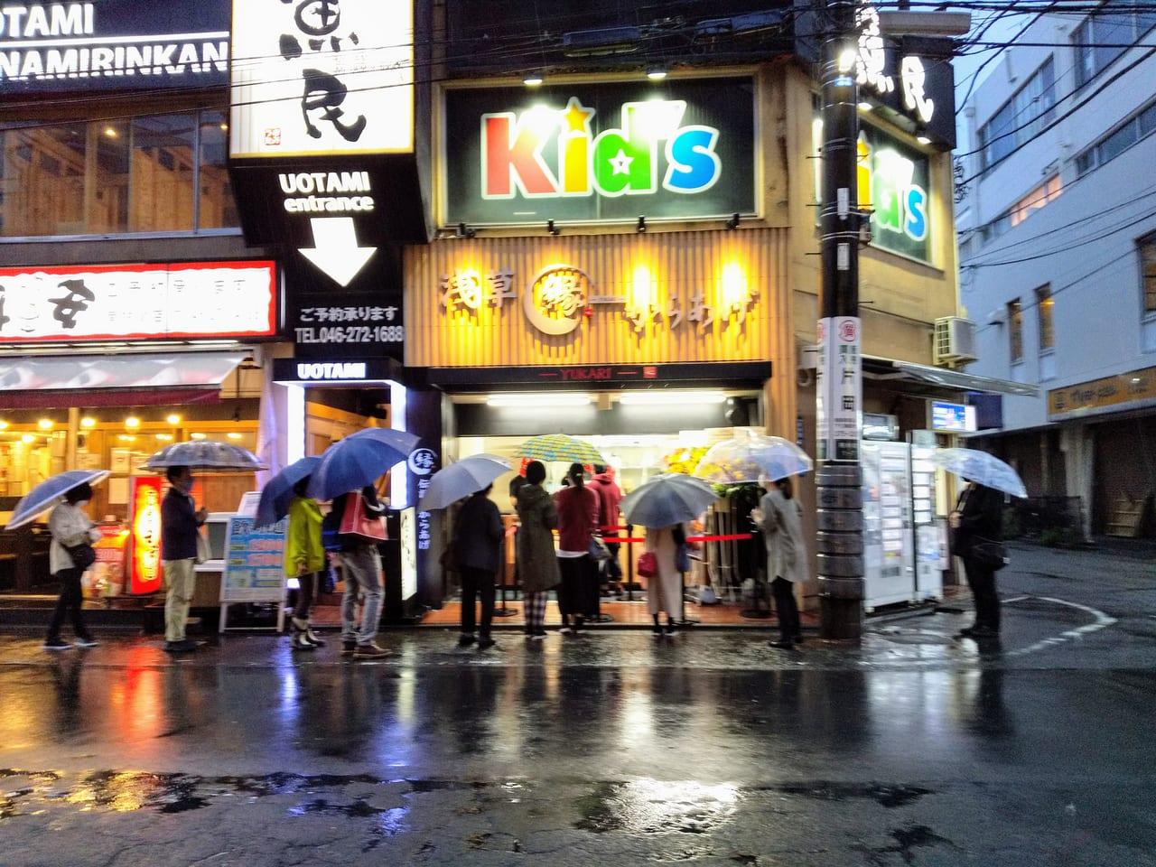 オープン当日、雨にもかかわらず長蛇の列となったお店の前の様子